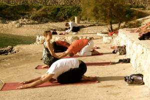 Yoga-Unterricht für Karatekas am Strand von Trogir/Kroatien.